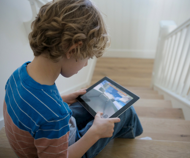 Worried Aussie parents are still letting kids game online