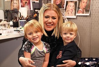 """Purple hair, don't care: Kelly Clarkson defends daughter, 6yo River's """"cool"""" style"""